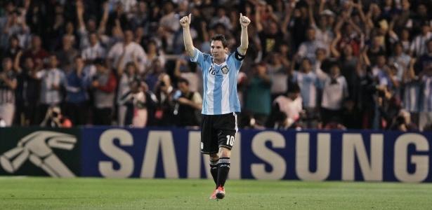 Messi é saudado pela torcida argentina em jogo contra o Uruguai; jogador é usado como isca por golpistas