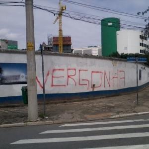 Muro do Palestra Itália amanheceu pichado após derrota do Palmeiras para o Coritiba na quarta