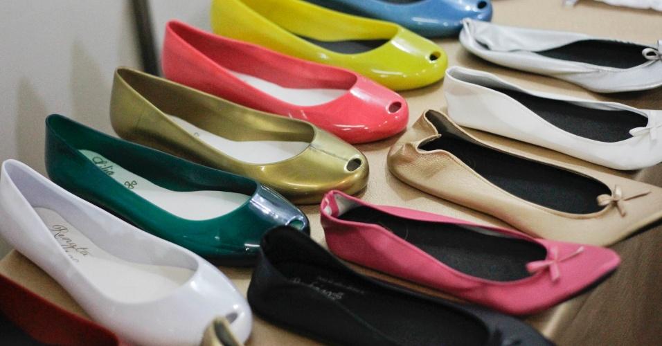 Sapatilhas de enrolar por R$ 12 (a unidade) e sapatilhas de plástico por R$ 14 (a unidade), na After Shoes (www.aftershoes.com.br). Preço pesquisado em outubro de 2012 na feira Expo Noivas & Festas (SP) e sujeito a alterações (11/10/2012)