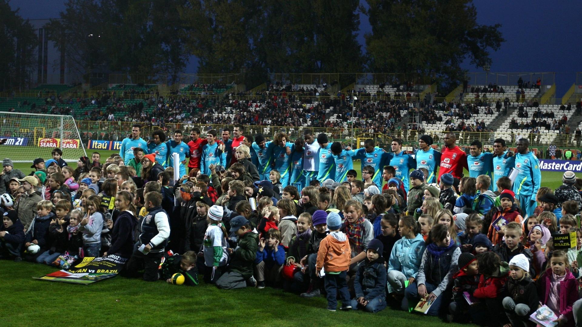 Crianças tiraram fotos com os jogadores após o treino da seleção brasileira em Polônia