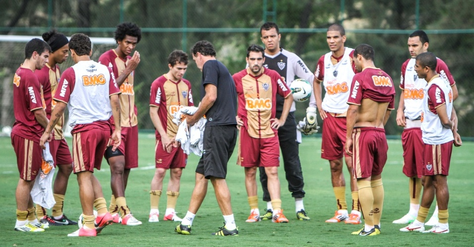 Cuca e jogadores do Atlético-MG durante treino na Cidade do Galo (12/10/2012)