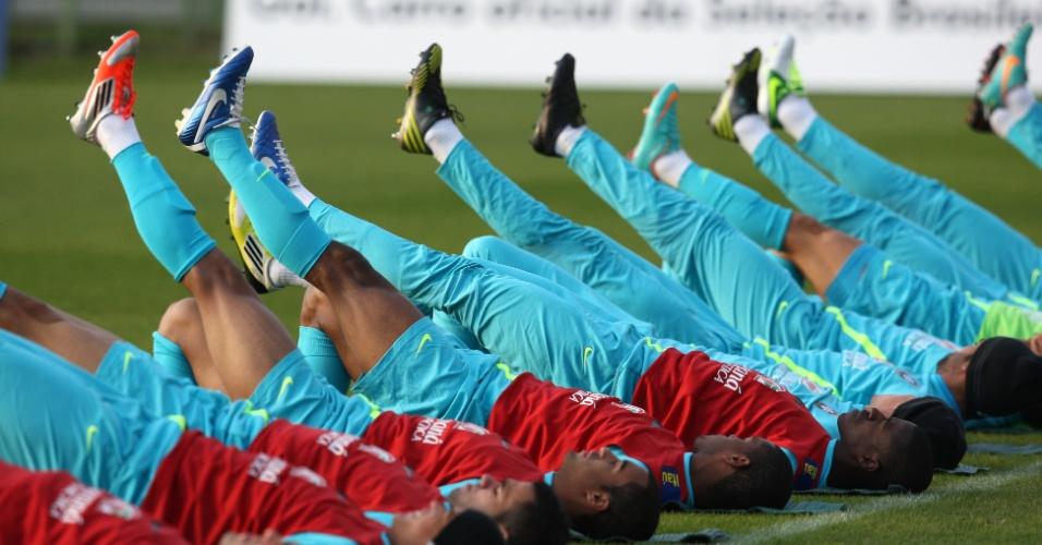 Jogadores da seleção fazem alongamento em treino