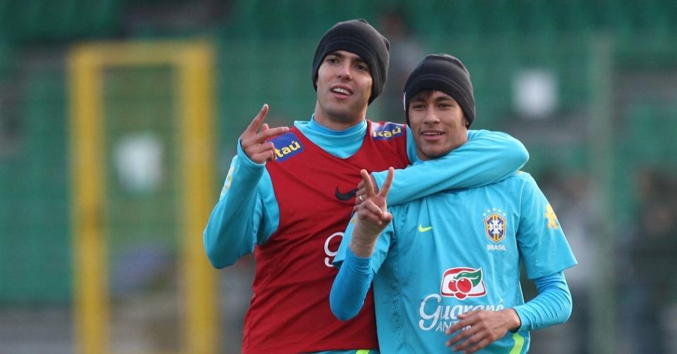 Kaká e Neymar durante treino da seleção brasileira na Polônia