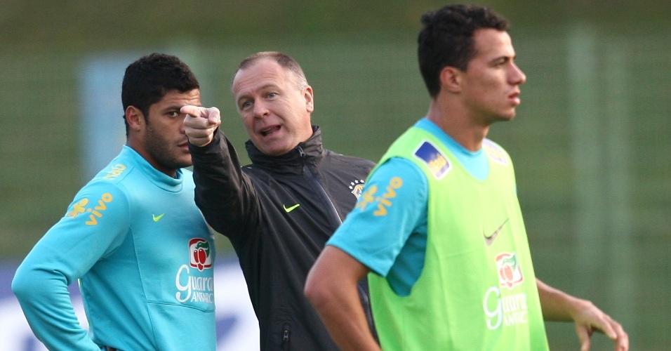 Mano Menezes dá instruções a Hulk em treino da seleção