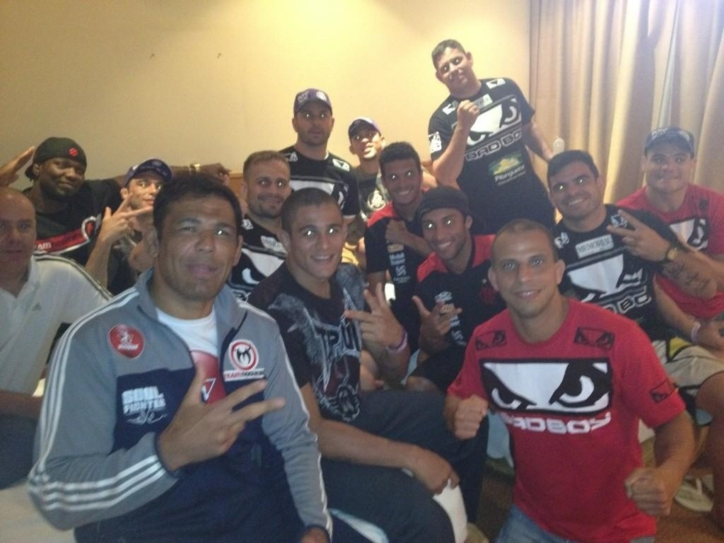 Minotauro e lutadores de sua equipe recebem jogadores do Flamengo no hotel antes do UFC Rio 3
