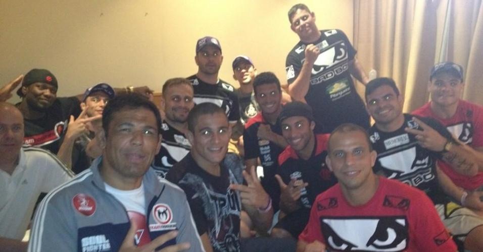 Minotauro e lutadores de sua equipe recebem jogadores do Flamengo no hotel antes do UFC Rio 3