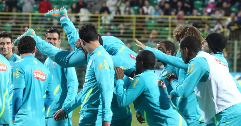 Neymar é carregado pelos colegas de seleção brasileira em treino