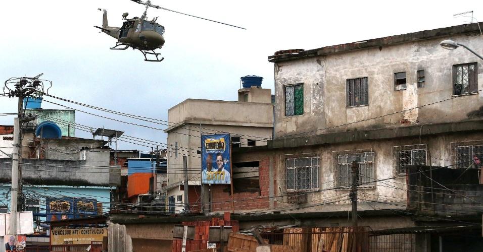 14.out.2012 - Helicóptero sobrevoa as favelas do Complexo de Manguinhos, na zona norte do Rio de Janeiro, durante o processo de ocupação da comunidade para dar início a instalação de UPPs (Unidades de Polícia Pacificadora)