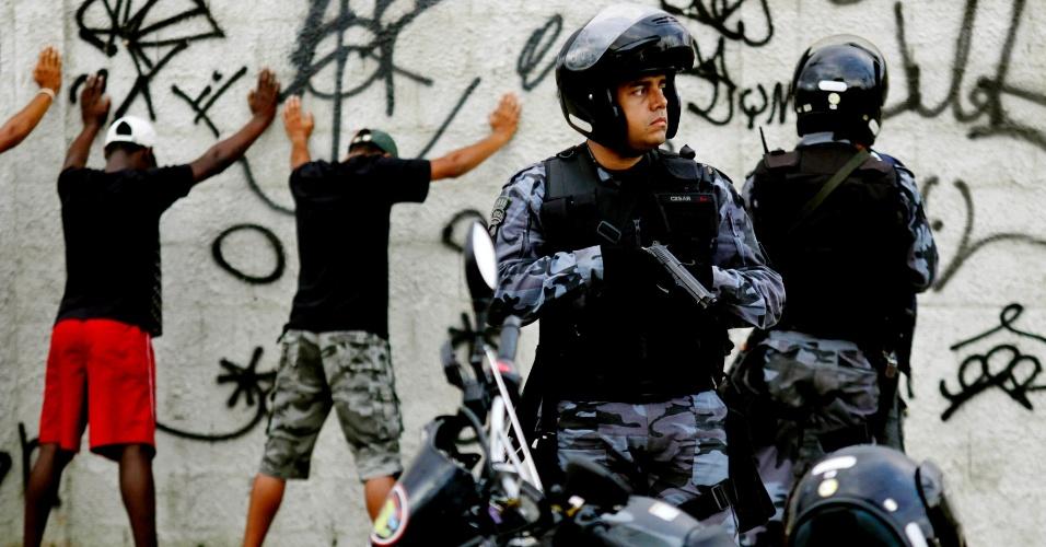 14.out.2012 - Homens são submetidos a revistas durante ocupação dos policiais militares nas favelas do Complexo de Manguinhos, na zona norte do Rio de Janeiro