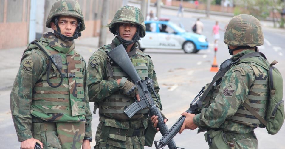 14.out.2012 - Mais de mil homens ocupam as comunidades de Manguinhos, Mandela e Varginha, na zona norte do Rio, na operação de pacificação, que envolve integrantes das polícias Civil, Militar (PM), Federal (PF) e Rodoviária Federal (PRF), além de fuzileiros navais
