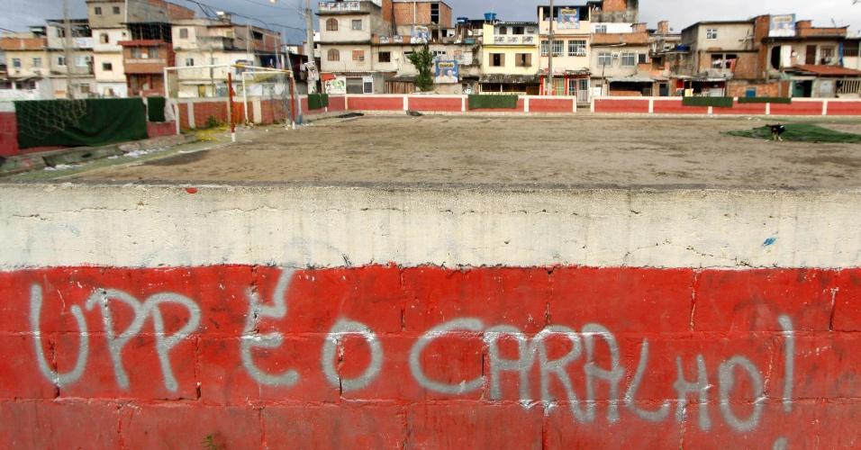14.out.2012 - Mensagem contra as UPPs (Unidades de Polícia Pacificadora) é estampada em muro de favela do Complexo de Manguinhos, na zona norte do Rio de Janeiro, durante o processo de ocupação da comunidade para dar início a instalação de UPPs (Unidades de Polícia Pacificadora)