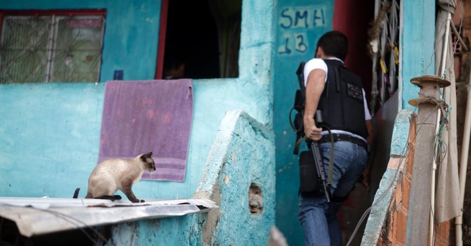14.out.2012 - Paralelamente à ocupação das favelas do Complexo de Manguinhos, na zona norte do Rio de Janeiro (RJ), policiais civis operação fizeram patrulhamento na favela do Jacarezinho (comunidade vizinha)