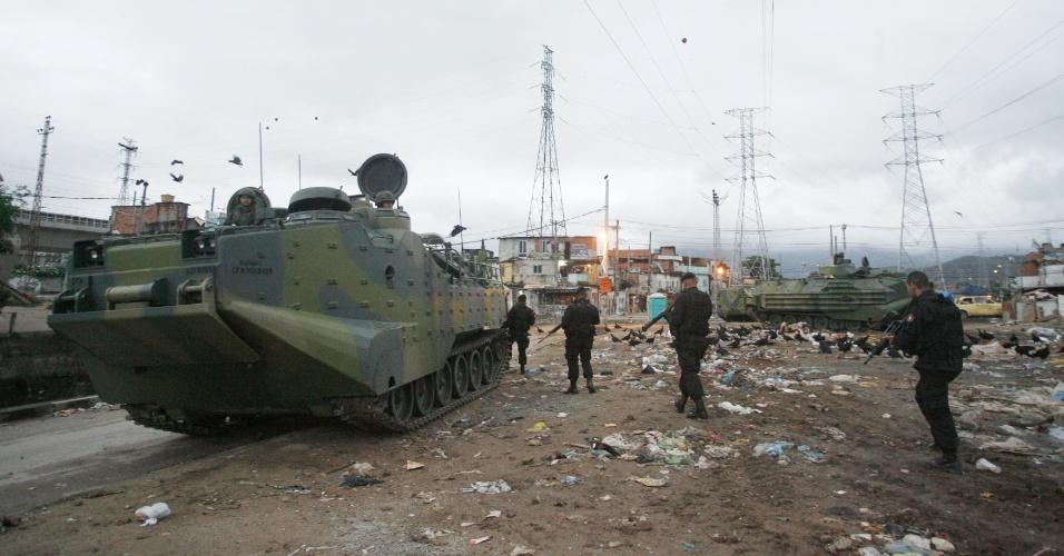14.out.2012 - Policiais contam com o auxílio de tanques de guerra durante ocupação das favelas do Complexo de Manguinhos, na zona norte do Rio de Janeiro