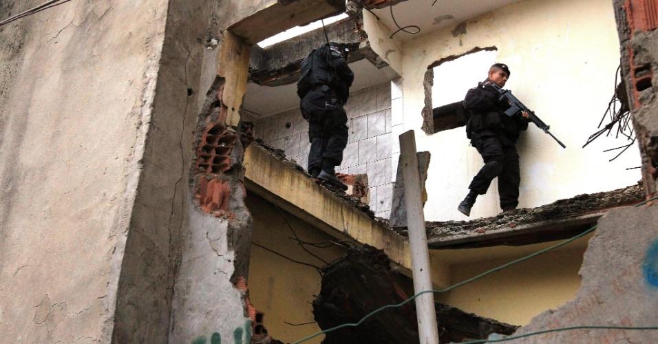 14.out.2012 - Policiais do Bope (Batalhões de Operações Policiais Especiais) patrulham residências abandonadas em favela do Complexo de Manguinhos, na zona norte do Rio de Janeiro, durante o processo de ocupação da comunidade para dar início a instalação de UPPs (Unidades de Polícia Pacificadora)