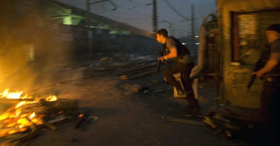 14.out.2012 - Policiais ocupam as favelas do Complexo de Manguinhos, na zona norte do Rio de Janeiro, para instalação de UPP (Unidade de Polícia Pacificadora)
