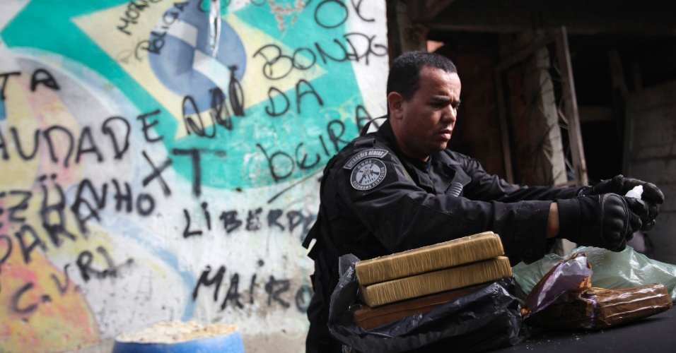 14.out.2012 - Policial civis apreende drogas em operação na favela do Jacarezinho, na zona norte do Rio de Janeiro (RJ), realizada paralelamente à ocupação das favelas do Complexo de Manguinhos (comunidade vizinha)