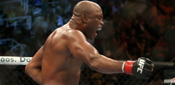 Anderson Silva comemora após nocautear Stephan Bonnar no UFC Rio 3
