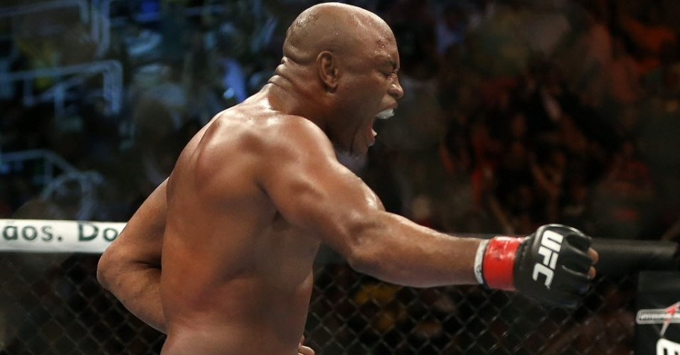 Anderson Silva comemora aps nocautear Stephan Bonnar no UFC Rio 3