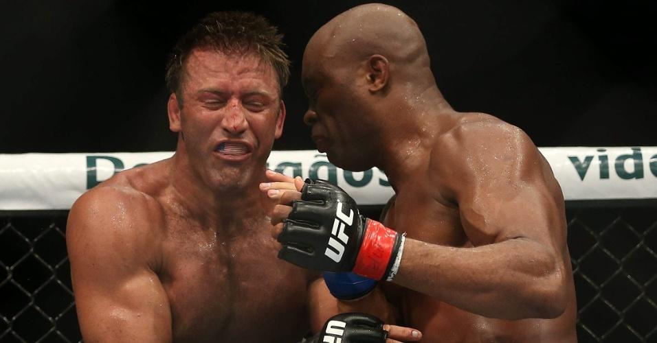 Anderson Silva tenta joelhada em Stephan Bonnar no UFC Rio 3