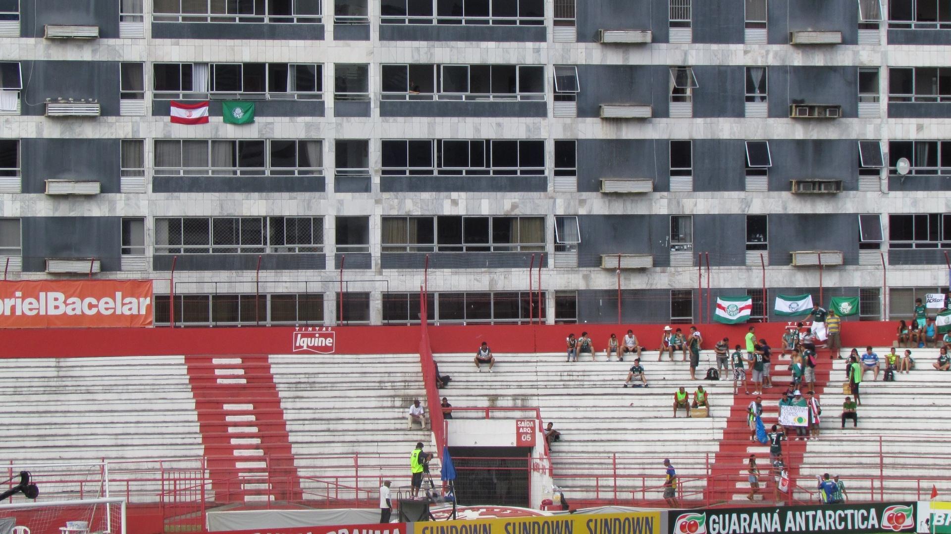 Bandeira do Palmeiras é hasteada em prédio ao lado dos Aflitos perto do setor de visitante