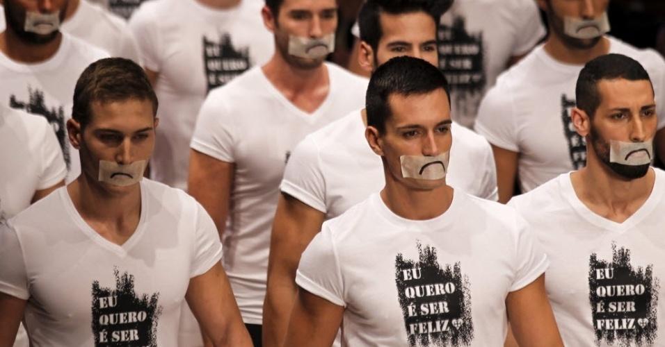 Em Portugal, modelos vestem camiseta com os dizeres