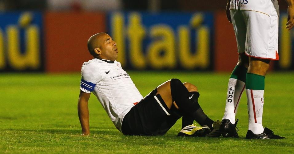 Emerson deixou o jogo do Corinthians contra a Portuguesa lesionado (13/10/2012)