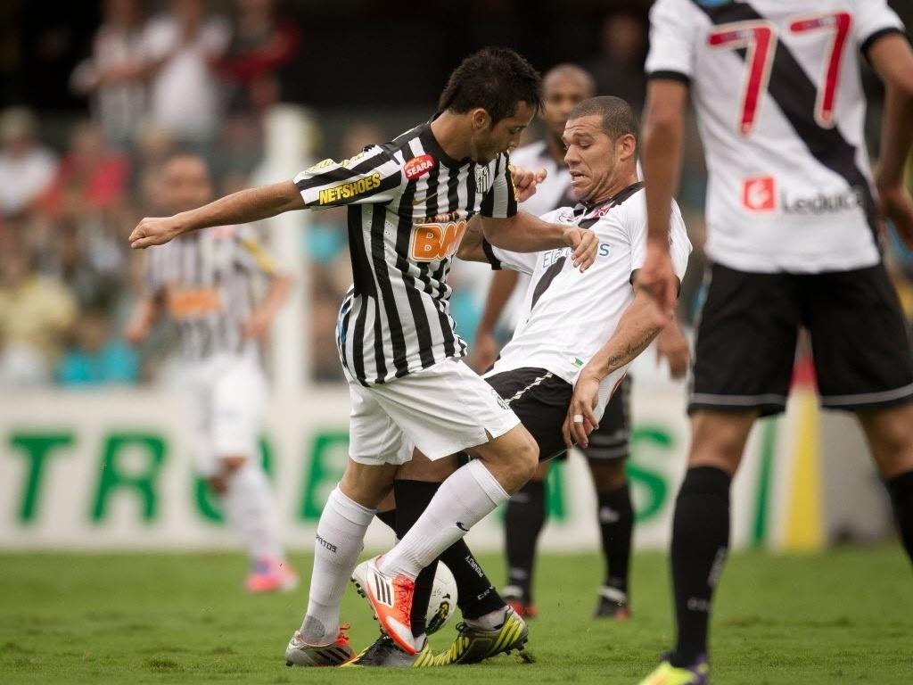 Felipe Anderson, do Santos, e Nilton, do Vasco, disputam a bola na partida válida pela 30ª rodada do Brasileirão