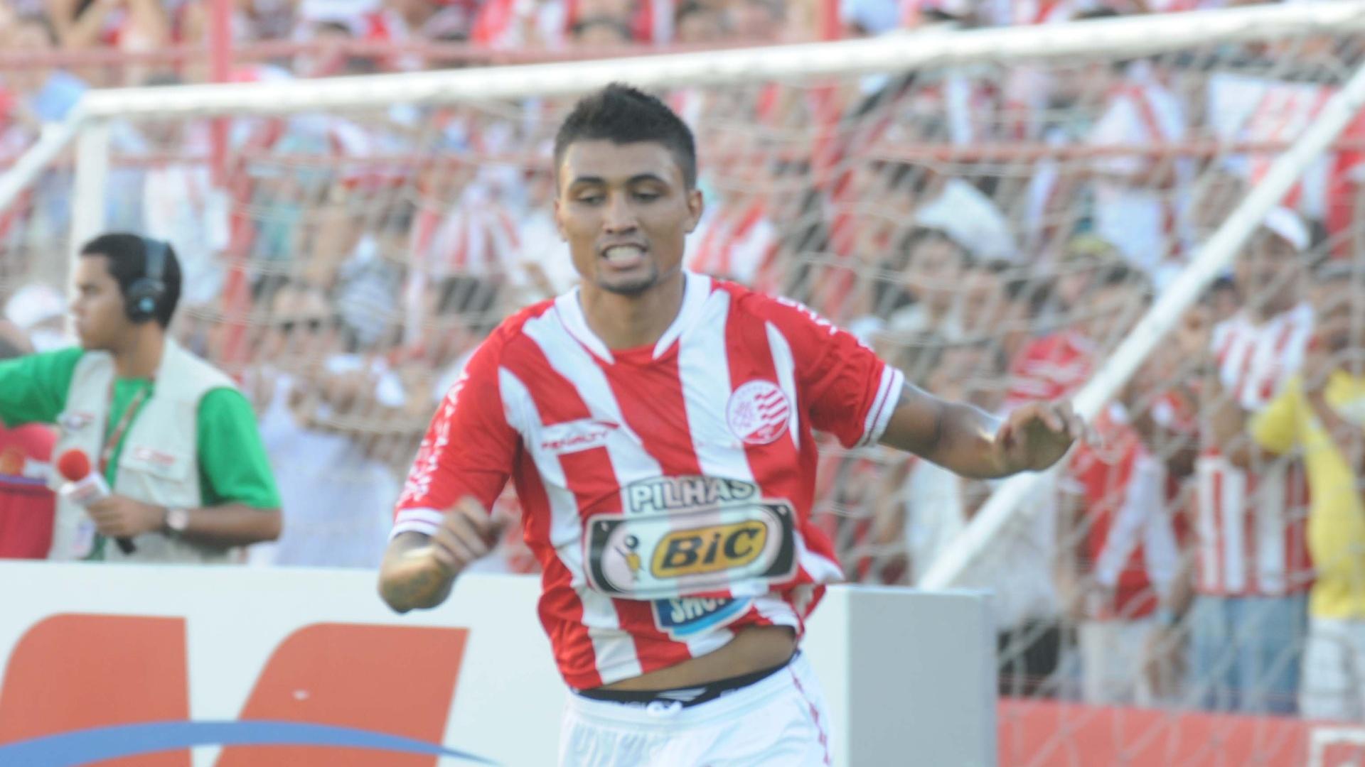 Kieza, atacante do Náutico, comemora gol marcado na partida contra o Palmeiras, no estádio dos Aflitos, em Recife