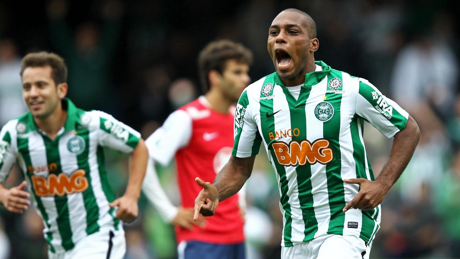 Luccas Claro, do Coritiba, comemora ao marcar o gol na partida contra o Bahia, no Couto Pereira, em Curitiba