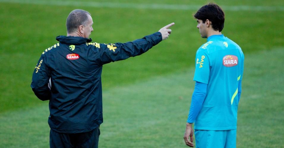 Mano Menezes orienta Kaká em treinamento da seleção brasileira