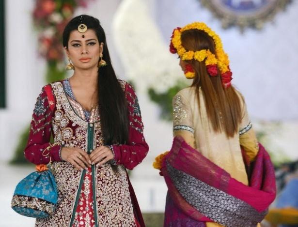 Modelos apresentam criações do estilista paquistanês Kosain Kazmi no primeiro dia Bridal Couture Week, em Lahore (Paquistão). O desfile reúne tendências de alta-costura para noivas (14/10/2012)