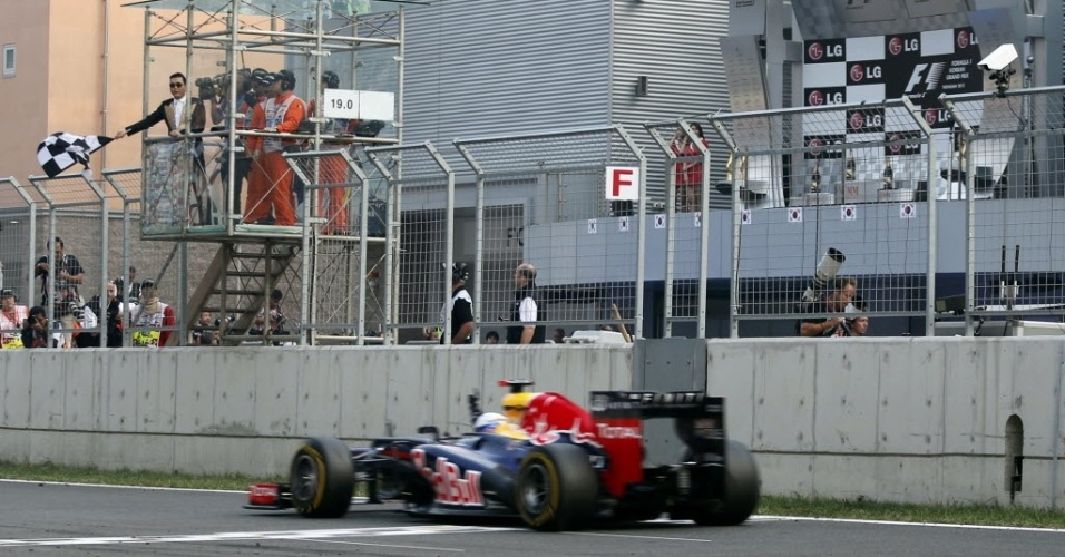 Rapper sul-coreano Psy dá a bandeirada da vitória para Sebastian Vettel no GP da Coreia do Sul