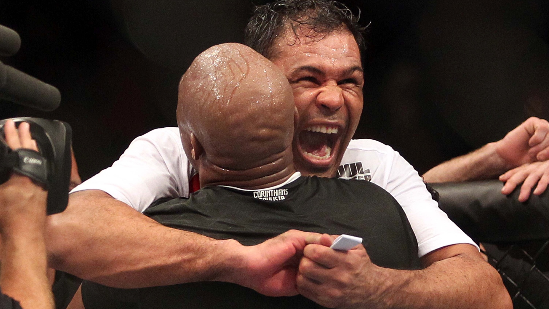 Rodrigo Minotauro e Anderson Silva se abraam ao comemorar dobradinha de vitrias no UFC Rio 3