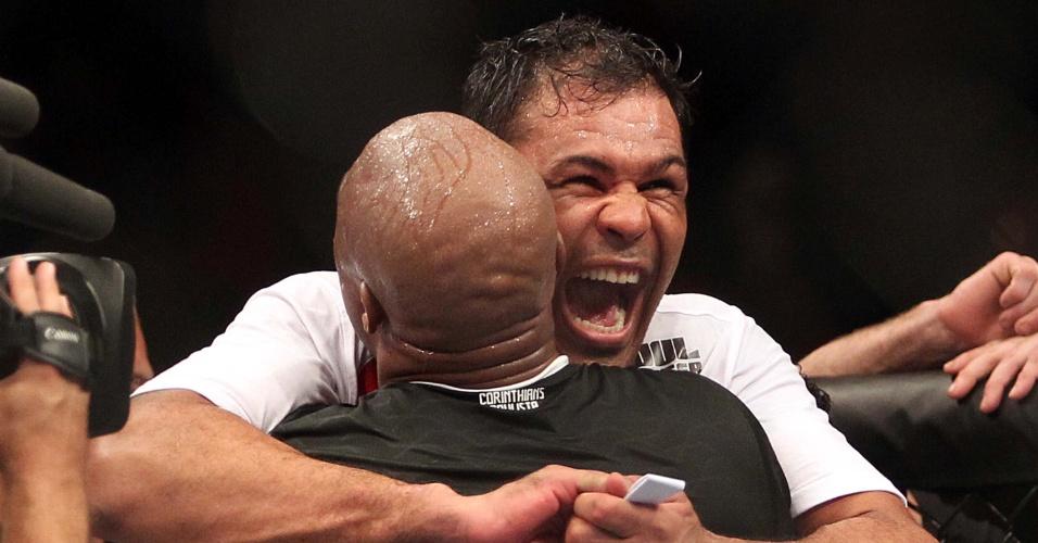 Rodrigo Minotauro e Anderson Silva se abraçam ao comemorar dobradinha de vitórias no UFC Rio 3