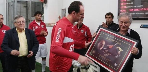 Rogério Ceni recebe homenagem do São Paulo por realizar 500 jogos no estádio do Morumbi