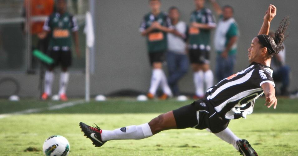 Ronaldinho Gaúcho se estica para alcançar a bola na partida do Atlético-MG contra o Sport, em Belo Horizonte