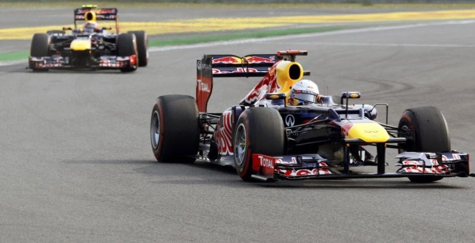 Sebastian Vettel toma a frente de Mark Webber após a largada do GP da Coreia do Sul