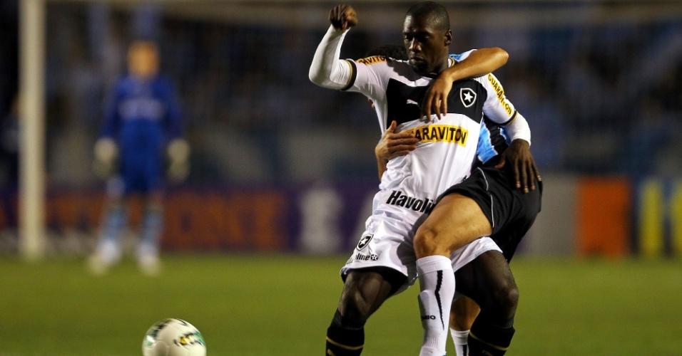 Seedorf é agarrado pela marcação na partida do Botafogo contra o Grêmio, no Olímpico, que terminou empatada por 1 a 1
