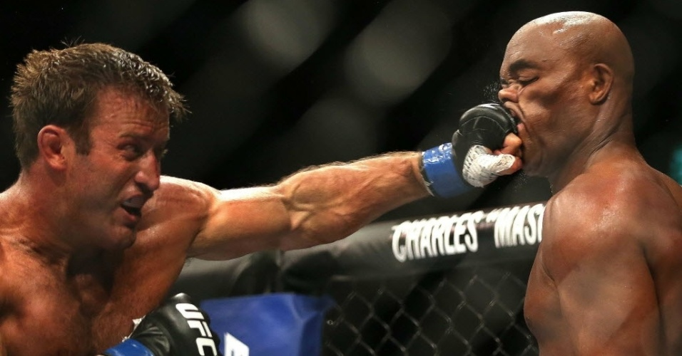 Stephan Bonnar aplica soco de esquerda no rosto de Anderson Silva, no  UFC Rio 3