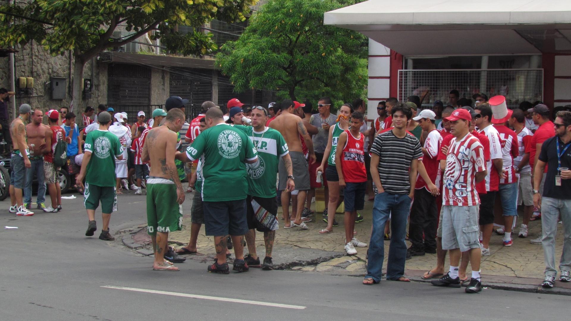Torcida do Palmeiras é recebida com apoio dos donos da casa na entrada dos Aflitos