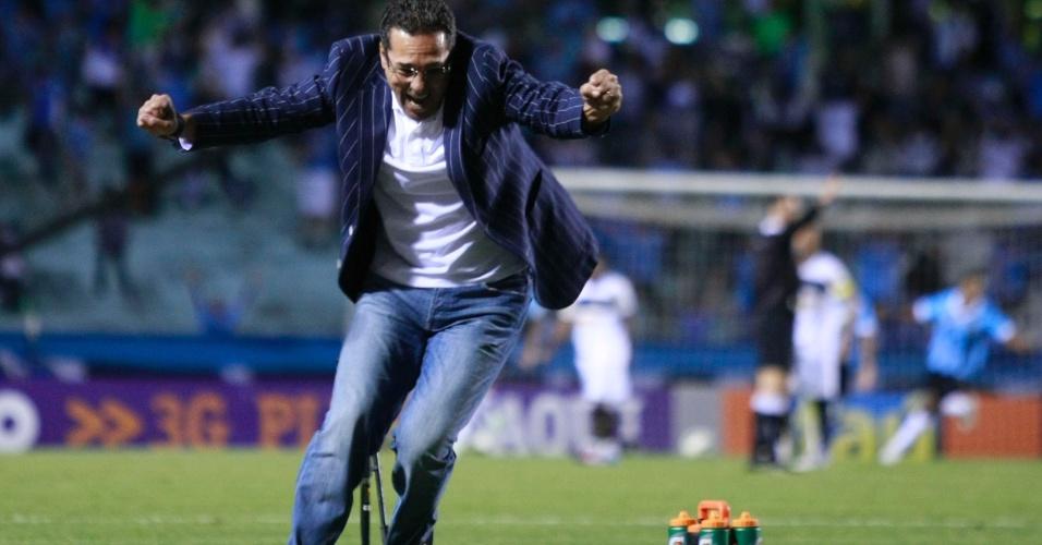 Vanderlei Luxemburgo comemora gol do Grêmio contra o Botafogo