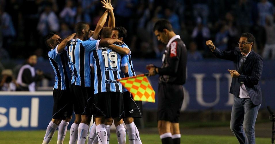 Vanderlei Luxemburgo orienta o Grêmio enquanto jogadores comemoram gol marcado no empate por 1 a 1 com o Botafogo