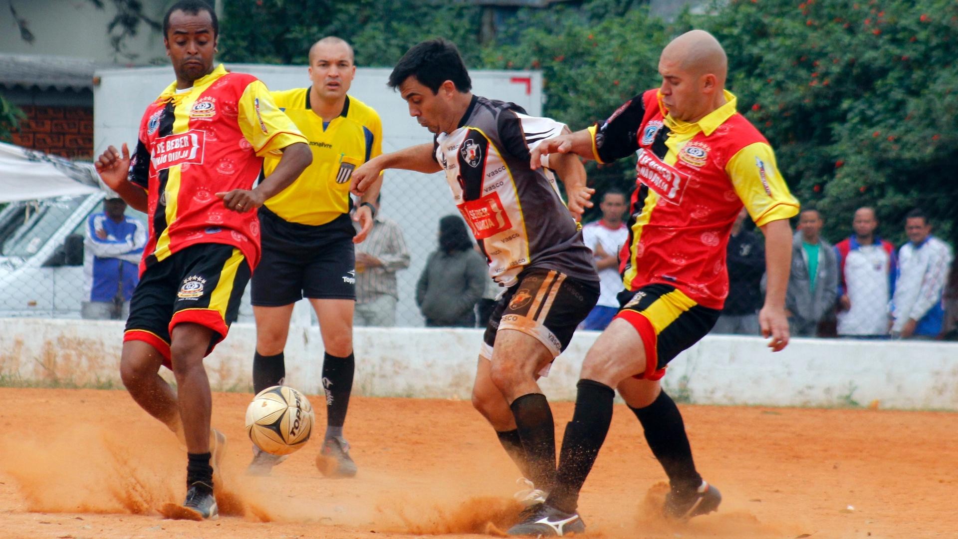 Vasco da Gama (de branco) venceu o Inter de Biricutico nos pênaltis na final da Zona Norte da Série B da Copa Kaiser