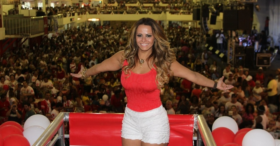Viviane Araújo participou de uma feijoada na quadra da escola de samba Slagueiro, na zona norte do Rio (14/10/12). A modelo é rainha da bateria da agremiação