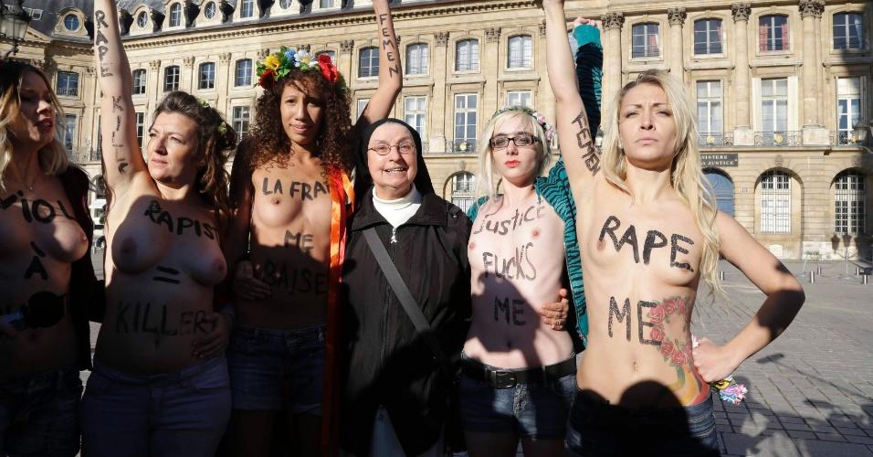 15.out.2012 - Ativistas do Femen posam para foto ao lado de uma freira, em Paris, na França. Elas protestam próximo ao Ministério de Justiça francês contra o veredito dado no caso de um estupro coletivo contra duas adolescentes, no qual quatro acusados foram considerados culpados, e 10 foram inocentados