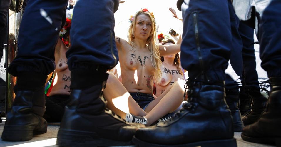 15.out.2012 - Ativistas do Femen realizam protesto próximo ao Ministério de Justiça francês, em Paris, na França. Elas protestam contra o veredito dado no caso de um estupro coletivo contra duas adolescentes, no qual quatro acusados foram considerados culpados, e 10 foram inocentados