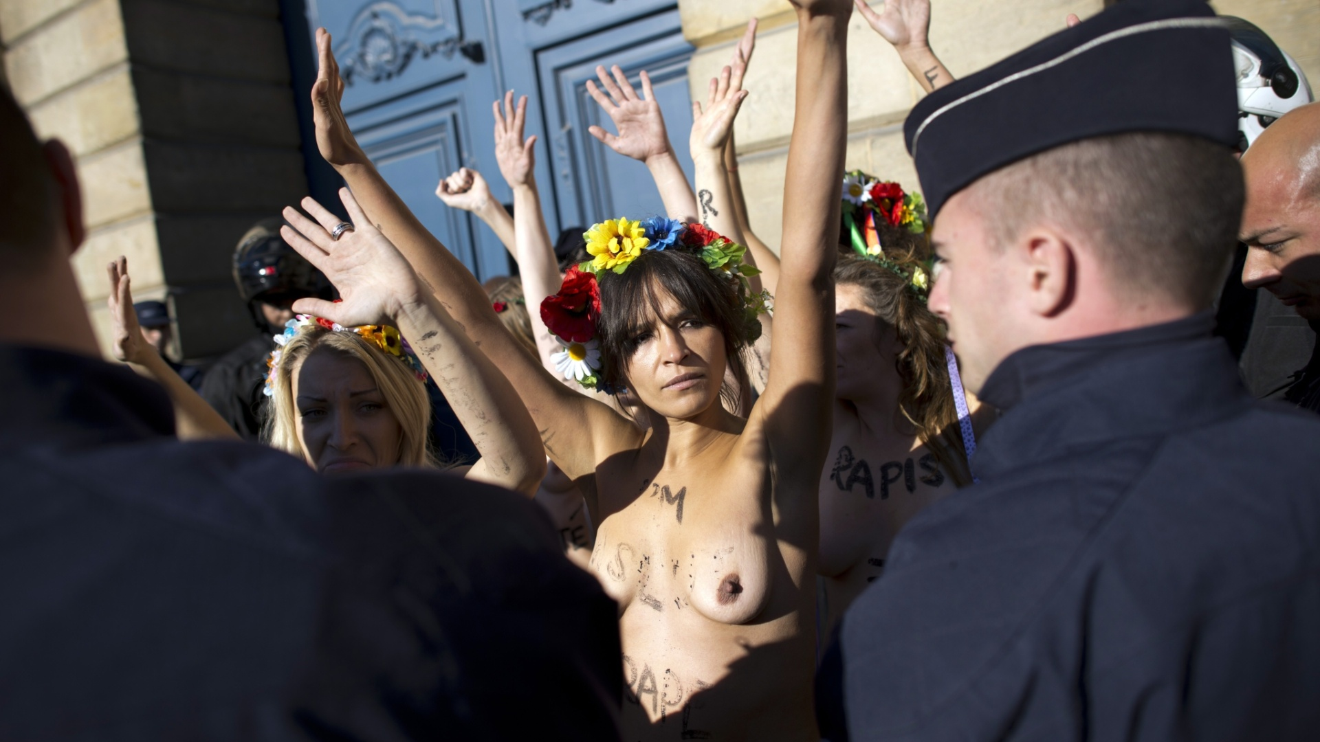 15.out.2012 - Ativistas do Femen realizam protesto prximo ao Ministrio de Justia francs, em Paris, na Frana. Elas protestam contra o veredito dado no caso de um estupro coletivo contra duas adolescentes, no qual quatro acusados foram considerados culpados, e 10 foram inocentados