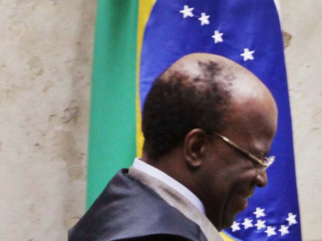 15.out.2012 - Ministro Joaquim Barbosa chega para sesso de julgamento do mensalo. Barbosa, relator, e Ricardo Lewandowski, revisor do processo, inocentaram o publicitrio Duda Mendona da acusao de evaso de divisas. Barbosa o inocentou tambm pelo crime de lavagem de dinheiro