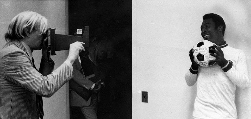 Andy Warhol tira foto de Pelé. Imagem foi postada pelo Rei do Futebol no Twitter