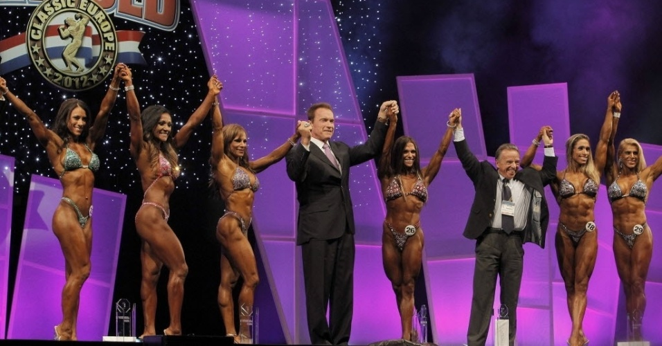 Ao lado de Arnold Schwarzenegger competidoras da 2ª edição do